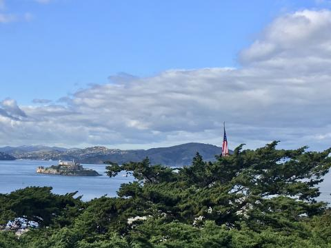 [Photo : Vue sur l'île d'Alcatraz et la Baie de San Francisco avec drapeau américain]