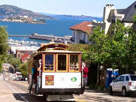 [Photo : Cable Car en haut de Lombard Street San Francisco]