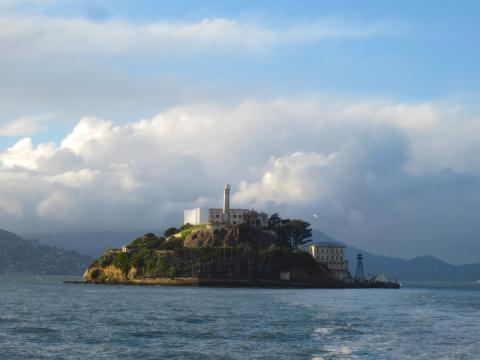 [Photo : île d'Alcatraz au milieu de la Baie de San Francisco]
