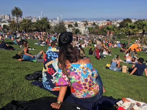 couple avec t-shirt hippie dans un parc de Francisco