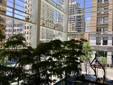 hall d'un immeuble avec rue en transparence