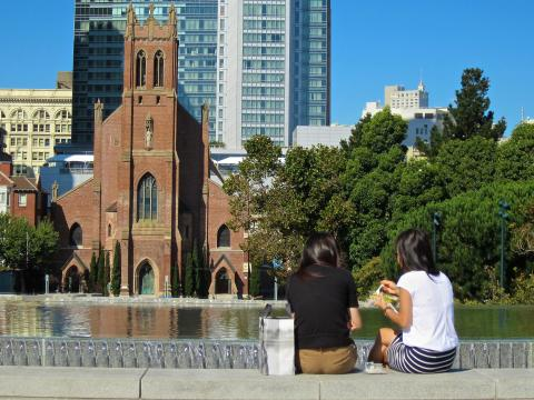 déjeuner au soleil sur une place de San Francisco