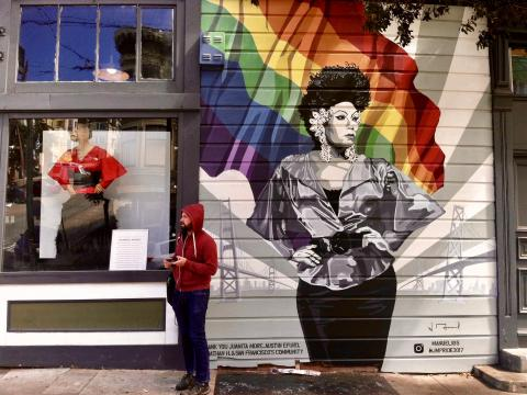 Photo :  fresque murale avec drapeau arc en ciel LGBTQ Castro San Francisco