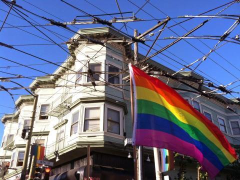 [Photo : Grand drapeau arc en ciel du quartier gay de San Francisco]