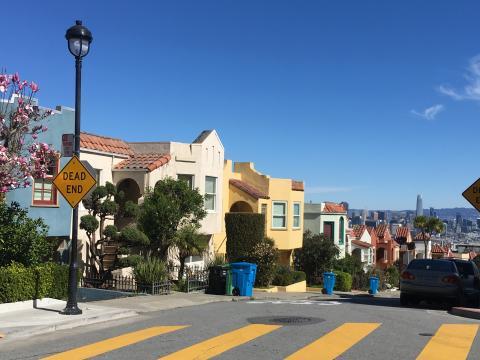 [Photo : Quartier résidentiel avec vue sur la Baie de San Francisco]