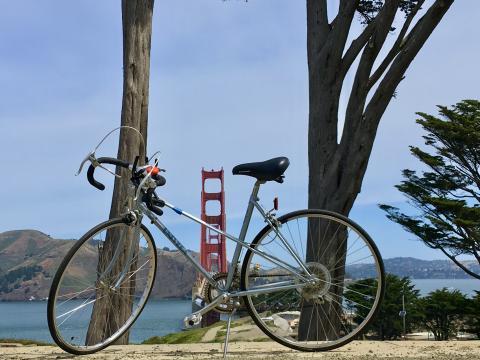 [Photo : vélo avec vue sur le pont du Golden Gate]