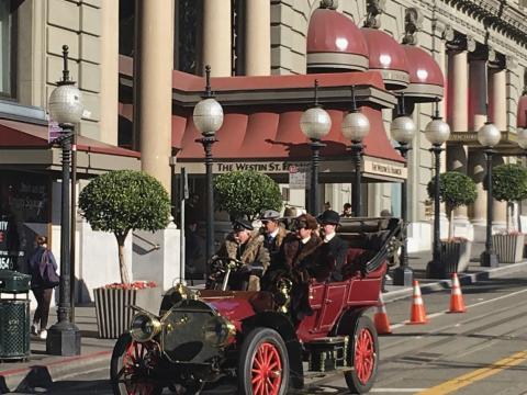 [Photo : voiture vintage devant San Francis Hotel, San Francisco]