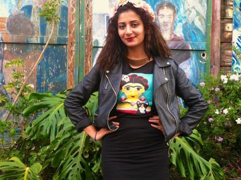 [Photo : Jeune fille avec T-shirt de Frida Kahlo Mission San Francisco]
