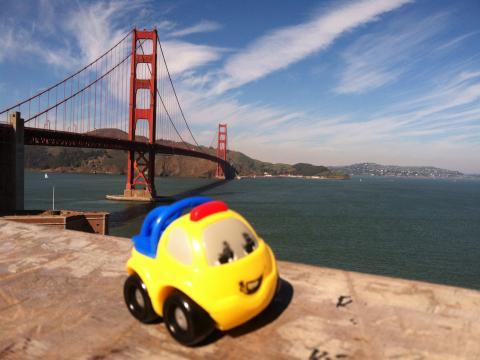 [Photo : Golden Gate Bridge avec jouet d'enfant San Francisco]