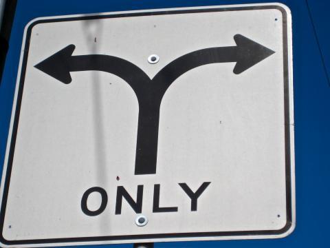 """Panneau routier avec 2 flèches de direction et le mot """"Only"""""""