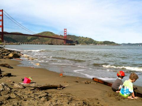 Photo : Enfants sur la plage avec vue sur le Golden Gate Bridge