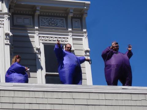 gens déguisés sur un toit à San Francisco
